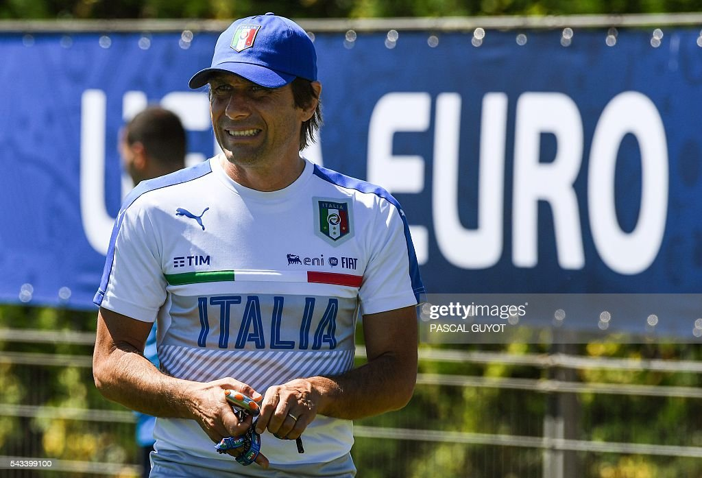 Italy's coach Antonio Conte attends a training session at the team's training ground in Montpellier on June 28, 2016, during the Euro 2016 football tournament. / AFP / PASCAL