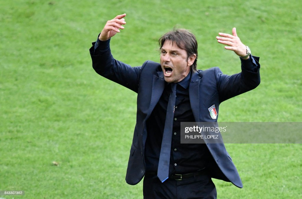 Italy's coach Antonio Conte gestures during Euro 2016 round of 16 football match between Italy and Spain at the Stade de France stadium in Saint-Denis, near Paris, on June 27, 2016. / AFP / PHILIPPE