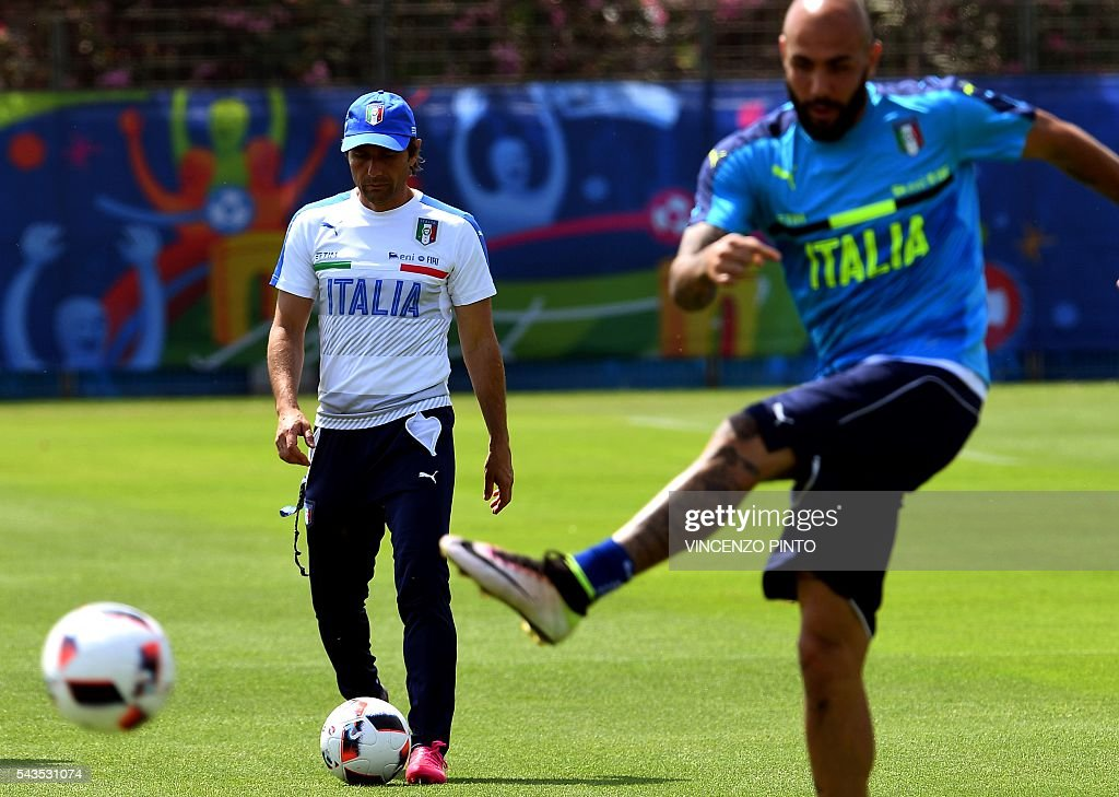 Italy's coach Antonio Conte (L) is pictured during a training session at the team's training ground in Montpellier on June 29, 2016, as part of the the Euro 2016 European football championship. / AFP / VINCENZO
