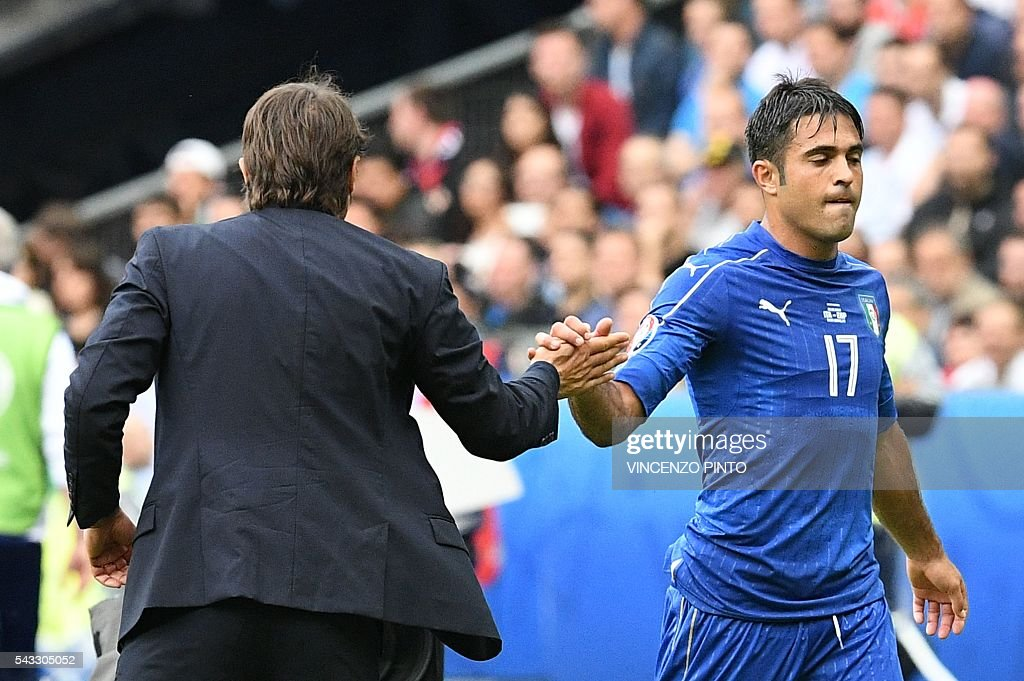 Italy's coach Antonio Conte (L) shakeas hands with Italy's forward Citadin Martins Eder as he leaves the pitch during the Euro 2016 round of 16 football match between Italy and Spain at the Stade de France stadium in Saint-Denis, near Paris, on June 27, 2016. / AFP / VINCENZO