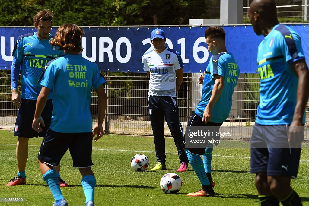 Italy's coach Antonio Conte (C) watches his players during a training session at the team's training ground in Montpellier on June 28, 2016, during the Euro 2016 football tournament. / AFP / PASCAL