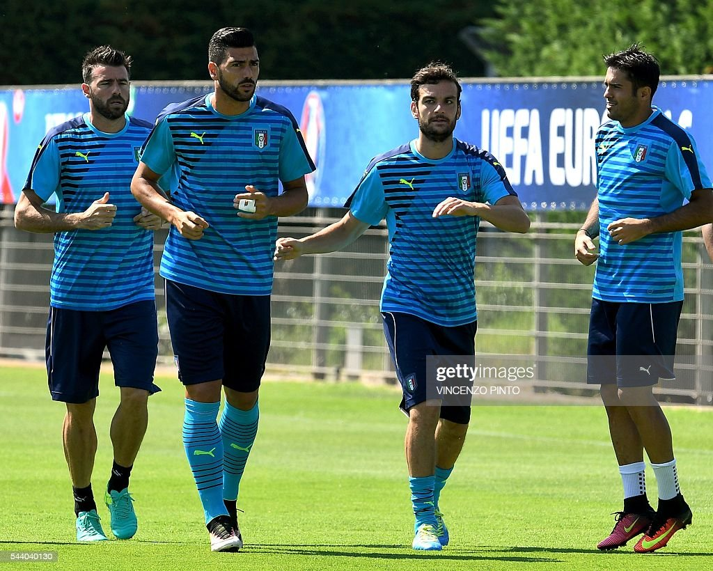 Italy's defender Andrea Barzagli, Italy's forward Graziano Pelle, Italy's midfielder Marco Parolo and Italy's forward Citadin Martins Eder attend a training session at Italy's training ground in Montpellier on July 1, 2016 on the eve of the Euro 2016 quarter-final football match between Germany and Italy. / AFP / VINCENZO