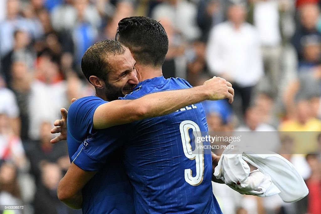 Italy's defender Giorgio Chiellini and Italy's forward Pelle celebrate after the Euro 2016 round of 16 football match between Italy and Spain at the Stade de France stadium in Saint-Denis, near Paris, on June 27, 2016. PINTO