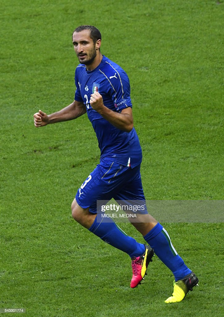 Italy's defender Giorgio Chiellini celebrates a goal during the Euro 2016 round of 16 football match between Italy and Spain at the Stade de France stadium in Saint-Denis, near Paris, on June 27, 2016. / AFP / MIGUEL