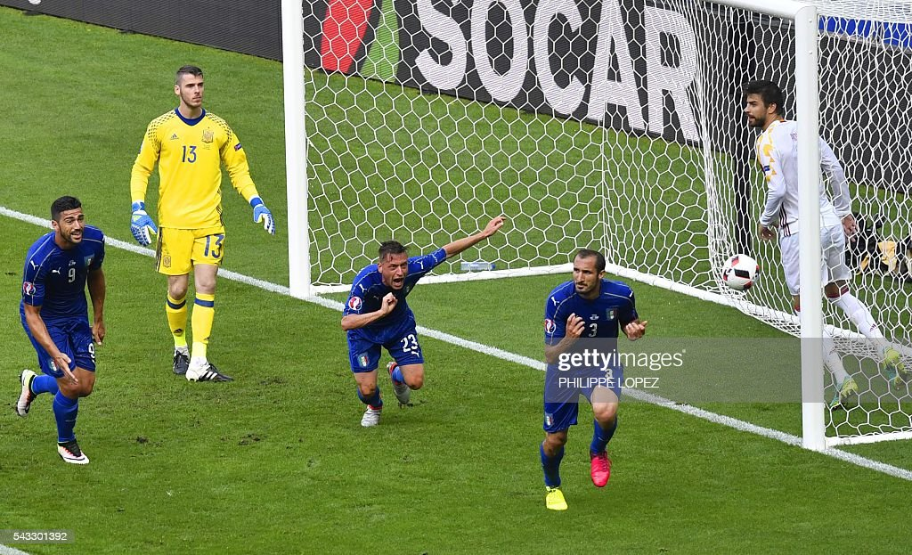 Italy's defender Giorgio Chiellini (2nd R) celebrates a goal Italy's midfielder Emanuele Giaccherini (3rd L) and Italy's forward Pelle (L) during Euro 2016 round of 16 football match between Italy and Spain at the Stade de France stadium in Saint-Denis, near Paris, on June 27, 2016. / AFP / PHILIPPE
