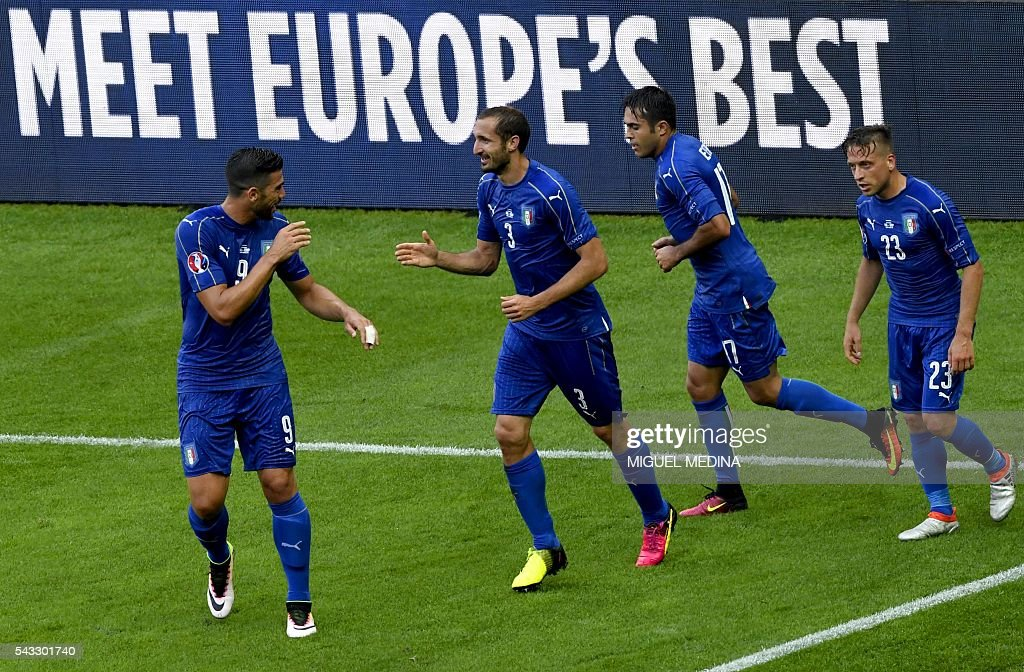 Italy's defender Giorgio Chiellini (2nd L) celebrates a goal with Italy's forward Pelle (L), Italy's forward Citadin Martins Eder (2nd R) and Italy's midfielder Emanuele Giaccherini during the Euro 2016 round of 16 football match between Italy and Spain at the Stade de France stadium in Saint-Denis, near Paris, on June 27, 2016. / AFP / MIGUEL