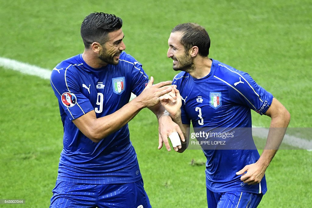Italy's defender Giorgio Chiellini (R) celebrates a goal with Italy's forward Pelle during the Euro 2016 round of 16 football match between Italy and Spain at the Stade de France stadium in Saint-Denis, near Paris, on June 27, 2016. / AFP / PHILIPPE