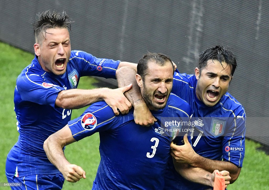 Italy's defender Giorgio Chiellini (C) celebrates a goal with Italy's midfielder Emanuele Giaccherini (L) and Italy's forward Citadin Martins Eder during the Euro 2016 round of 16 football match between Italy and Spain at the Stade de France stadium in Saint-Denis, near Paris, on June 27, 2016. / AFP / PHILIPPE
