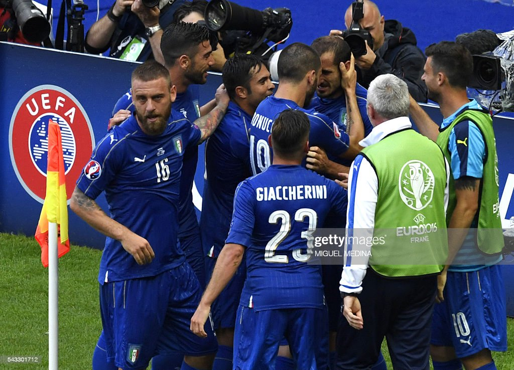 Italy's defender Giorgio Chiellini (C) celebrates a goal with teammates during the Euro 2016 round of 16 football match between Italy and Spain at the Stade de France stadium in Saint-Denis, near Paris, on June 27, 2016. / AFP / MIGUEL