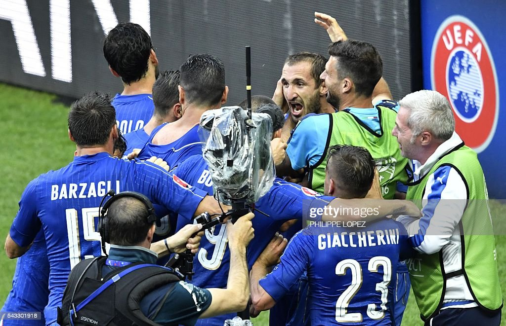 Italy's defender Giorgio Chiellini (C) celebrates a goal with teammates during the Euro 2016 round of 16 football match between Italy and Spain at the Stade de France stadium in Saint-Denis, near Paris, on June 27, 2016. / AFP / PHILIPPE