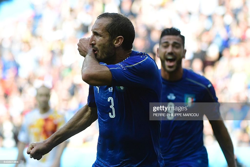Italy's defender Giorgio Chiellini celebrates scoring the opening goal during the Euro 2016 round of 16 football match between Italy and Spain at the Stade de France stadium in Saint-Denis, near Paris, on June 27, 2016. / AFP / PIERRE