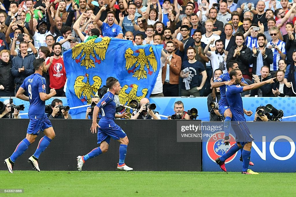 Italy's defender Giorgio Chiellini (R) celebrates scoring the opening goal with team mates during the Euro 2016 round of 16 football match between Italy and Spain at the Stade de France stadium in Saint-Denis, near Paris, on June 27, 2016. / AFP / VINCENZO