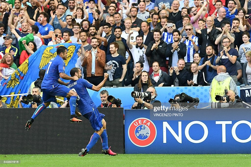 Italy's defender Giorgio Chiellini (R) celebrates scoring the opening goal with Italy's forward Citadin Martins Eder during the Euro 2016 round of 16 football match between Italy and Spain at the Stade de France stadium in Saint-Denis, near Paris, on June 27, 2016. / AFP / VINCENZO