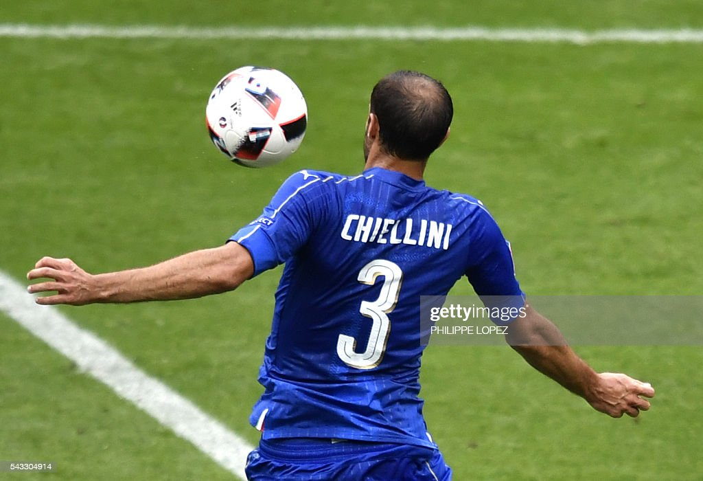 Italy's defender Giorgio Chiellini controls the ball during Euro 2016 round of 16 football match between Italy and Spain at the Stade de France stadium in Saint-Denis, near Paris, on June 27, 2016. / AFP / PHILIPPE