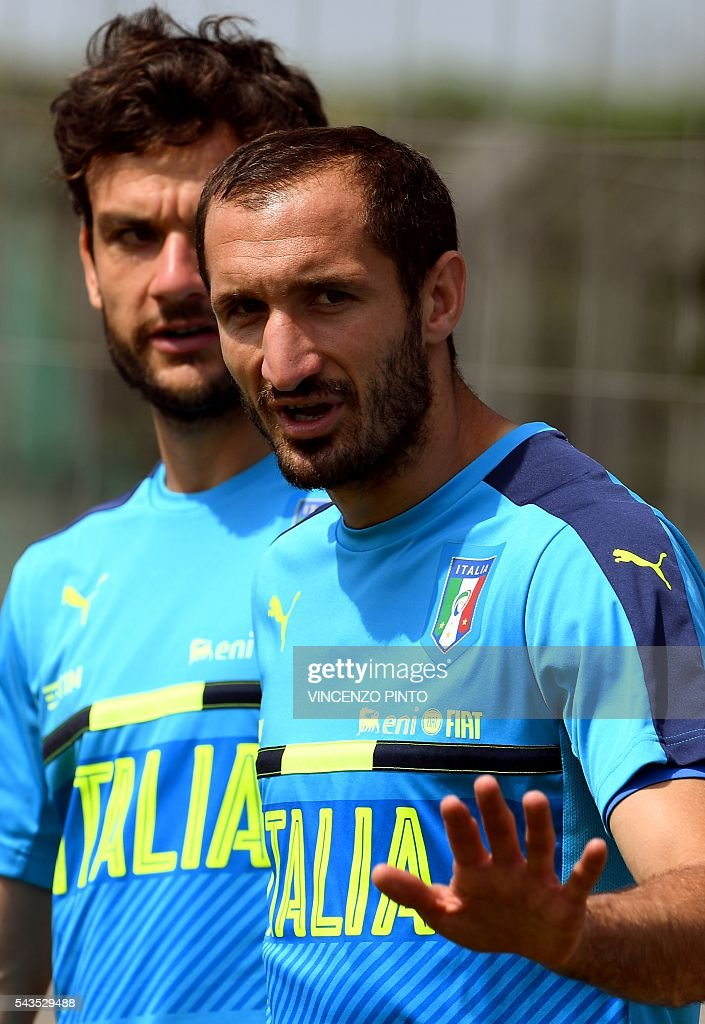 Italy's defender Giorgio Chiellini (R) gestures as he arrives for a training session at the team's training ground in Montpellier on June 29, 2016, as part of the the Euro 2016 European football championship. / AFP / VINCENZO