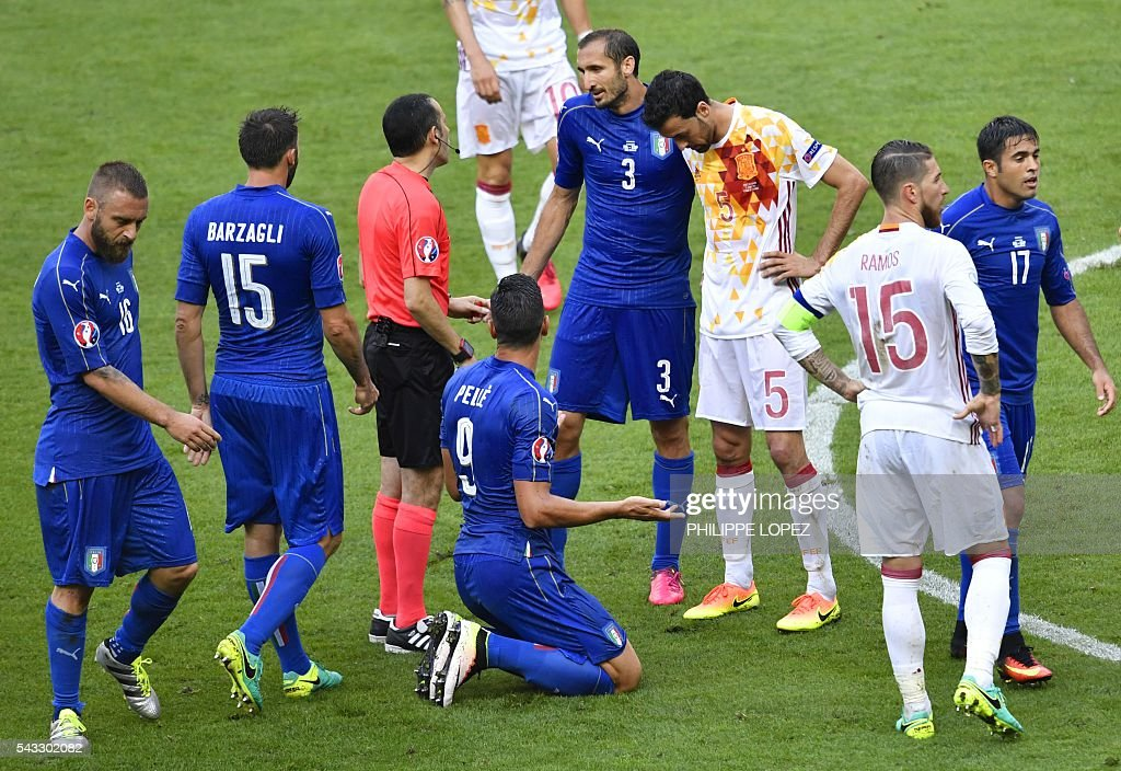 Italy's defender Giorgio Chiellini (C) talks to Turkish referee Cuneyt Cakir (3rd L) during Euro 2016 round of 16 football match between Italy and Spain at the Stade de France stadium in Saint-Denis, near Paris, on June 27, 2016. / AFP / PHILIPPE