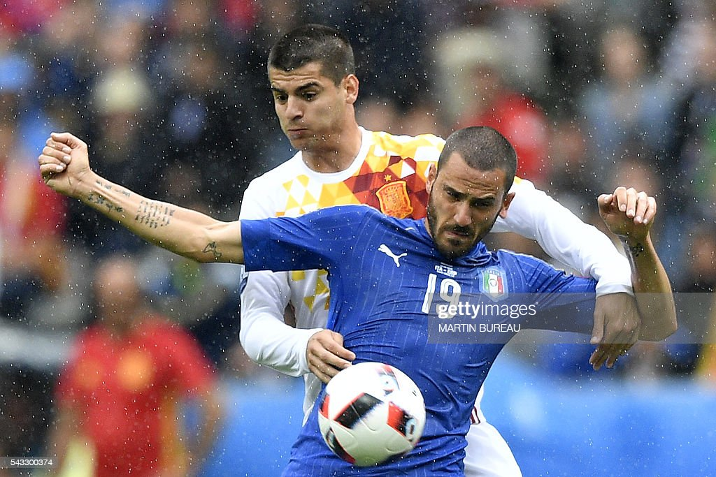 Italy's defender Leonardo Bonucci (front) vie for the ball against Spain's forward Alvaro Morata during Euro 2016 round of 16 football match between Italy and Spain at the Stade de France stadium in Saint-Denis, near Paris, on June 27, 2016. / AFP / MARTIN