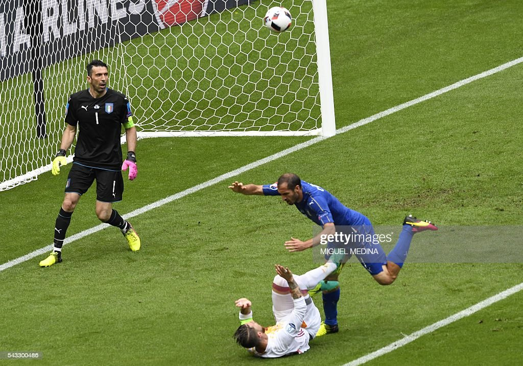 Italy's defender Leonardo Bonucci (R) vies with Spain's defender Sergio Ramos (2nd R) in front of Italy's goalkeeper Gianluigi Buffon during Euro 2016 round of 16 football match between Italy and Spain at the Stade de France stadium in Saint-Denis, near Paris, on June 27, 2016. / AFP / MIGUEL
