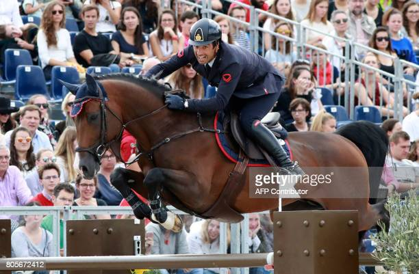 Italy's Emilio Bicocchi riding Call Me competes during the Paris Eiffel Jumping event on July 2 2017 in Paris / AFP PHOTO / JACQUES DEMARTHON