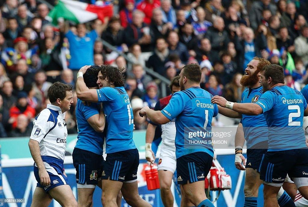 Italy's fly-half Carlo Canna (2nd L) is congratulated by teammates reacts after scoring a try during the Six Nations international rugby union match between France and Italy at the Stade de France in Saint-Denis, north of Paris, on February 6, 2016. AFP PHOTO / THOMAS SAMSON / AFP / THOMAS SAMSON