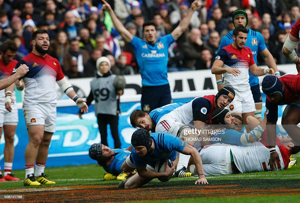 Italy's fly-half Carlo Canna (C) scores a try during the Six Nations international rugby union match between France and Italy at the Stade de France in Saint-Denis, north of Paris, on February 6, 2016. AFP PHOTO / THOMAS SAMSON / AFP / THOMAS SAMSON