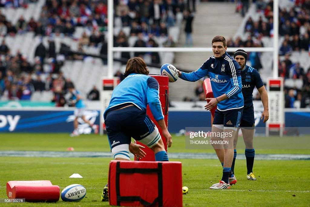 Italy's fly-half Carlo Canna (2nd R) warms up prior to the Six Nations international rugby union match between France and Italy at the Stade de France in Saint-Denis, north of Paris, on February 6, 2016. AFP PHOTO / THOMAS SAMSON / AFP / THOMAS SAMSON