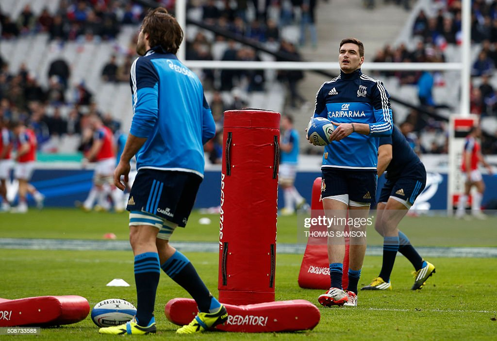 Italy's fly-half Carlo Canna (R) warms up prior to the Six Nations international rugby union match between France and Italy at the Stade de France in Saint-Denis, north of Paris, on February 6, 2016. AFP PHOTO / THOMAS SAMSON / AFP / THOMAS SAMSON