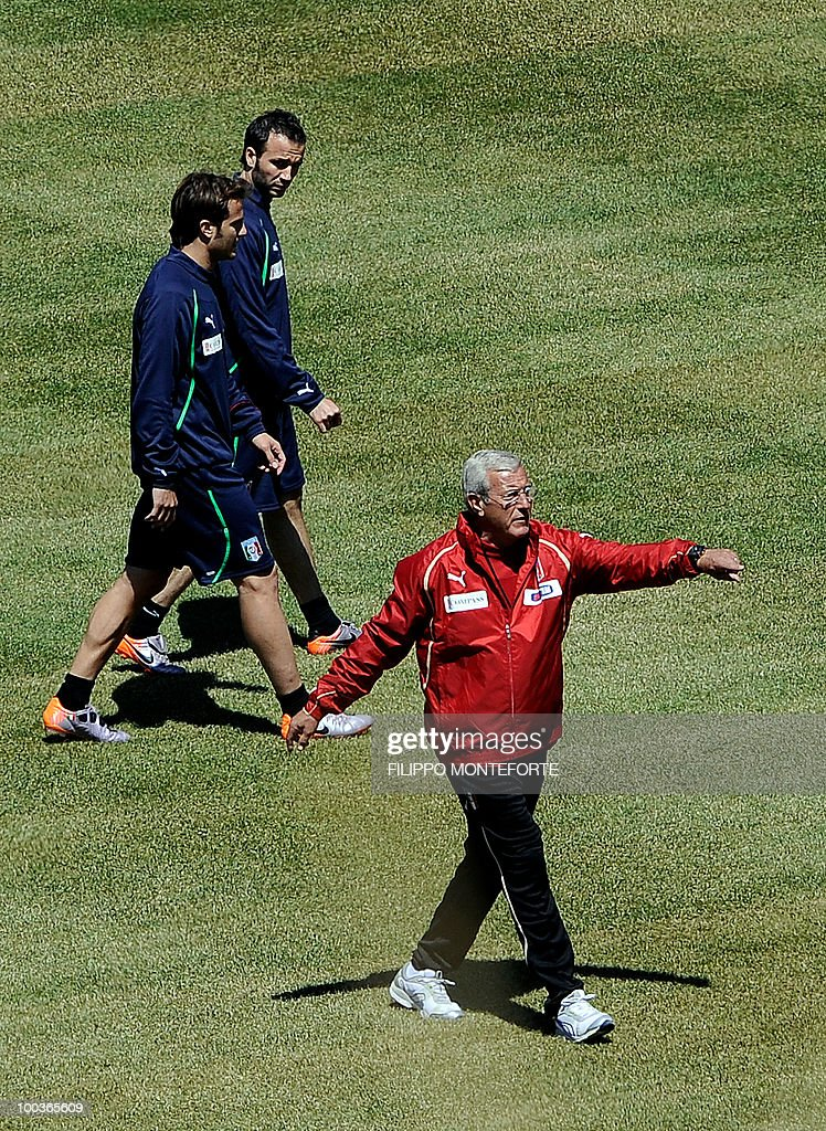 Italy's football team coach Marcello Lippi gestures as forwards Gianpaolo Pazzini (C) and Alberto Gilardino (L) look on during a training camp in Sestriere on May 24, 2010 ahead of the 2010 FIFA World Cup in South Africa. AFP PHOTO / Filippo MONTEFORTE