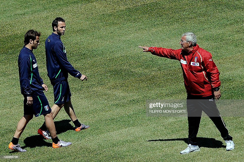 Italy's football team coach Marcello Lippi (R) gestures as forwards Gianpaolo Pazzini (C) and Alberto Gilardino (L) look on during a training camp in Sestriere on May 24, 2010 ahead of the 2010 FIFA World Cup in South Africa. AFP PHOTO / Filippo MONTEFORTE