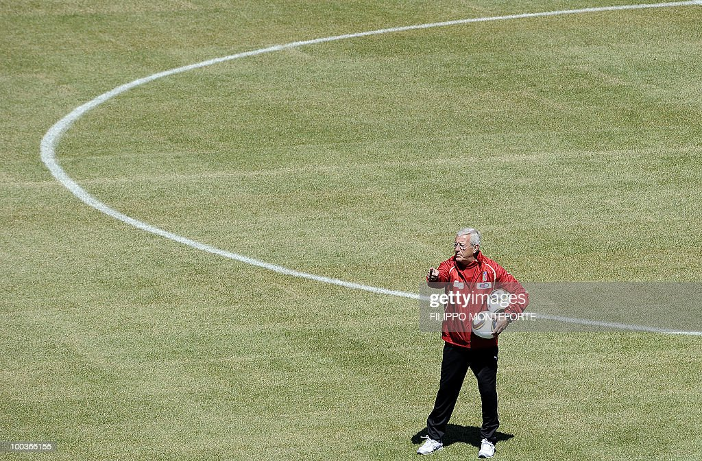 Italy's football team coach Marcello Lippi (L) gestures during a training camp in Sestriere on May 24, 2010 ahead of the 2010 FIFA World Cup in South Africa. AFP PHOTO / Filippo MONTEFORTE