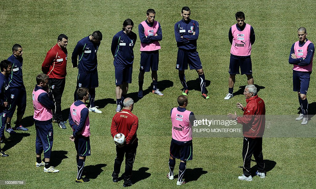 Italy's football team coach Marcello Lippi (2nd R) talks to his players during a training camp in Sestriere on May 24, 2010 ahead of the 2010 FIFA World Cup in South Africa. AFP PHOTO / Filippo MONTEFORTE
