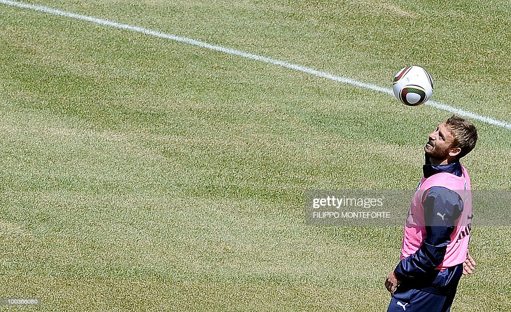 Italy's football team midfieleder Daniele De Rossi eyes the ball during a training camp in Sestriere on May 24, 2010 ahead of the 2010 FIFA World Cup in South Africa. AFP PHOTO / Filippo MONTEFORTE