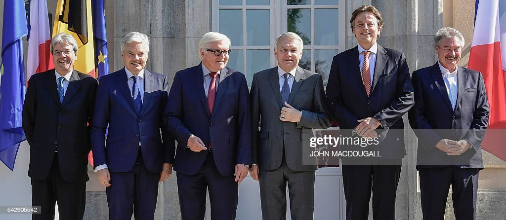 Italy's Foreign minister Paolo Gentiloni, Belgium's Foreign minister Didier Reynders, Germany's Foreign minister Frank-Walter Steinmeier, France's Foreign minister Jean-Marc Ayrault, Netherlands' Foreign minister Bert Koenders and Luxembourg's Foreign minister Jean Asselborn pose for a group photo at the villa Borsig prior to post-Brexit talks in Berlin on June 25, 2016. Foreign ministers of the six founding members of the European project meet to discuss the bloc's future in the wake of Britain's decision to leave. / AFP / John MACDOUGALL / ALTERNATIVE