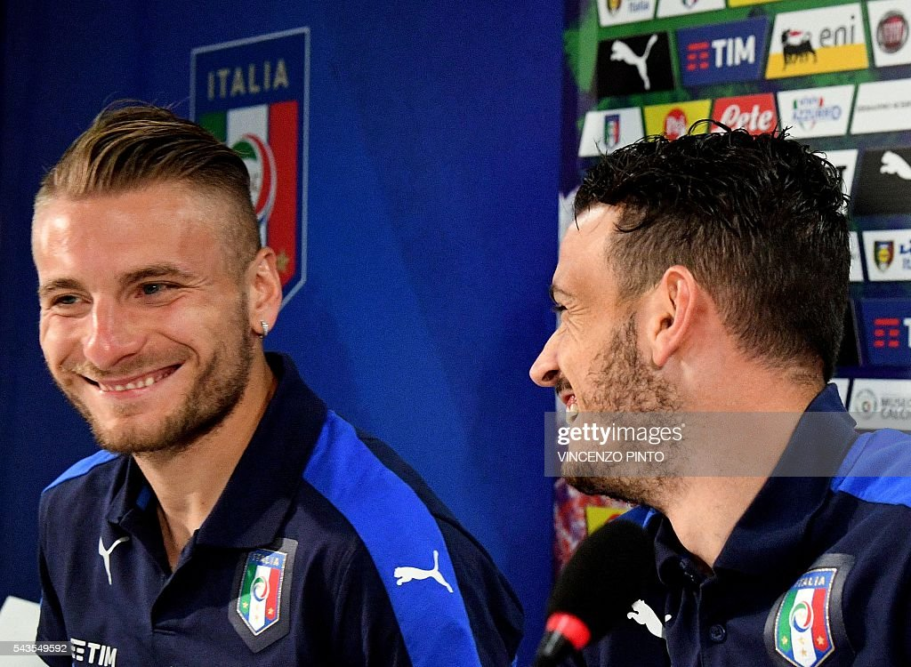 Italy's forward Ciro Immobile (L) and Italy's midfielder Alessandro Florenzi arrive for a press conference following a training session at their training ground in Montpellier on June 29, 2016 during the Euro 2016 football tournament. / AFP / VINCENZO