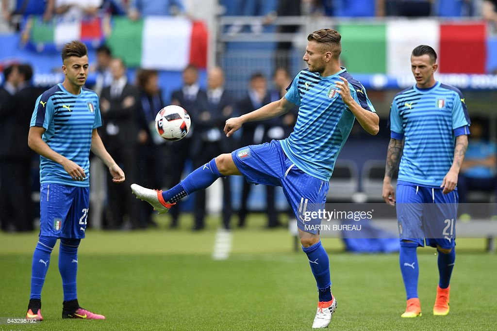 Italy's forward Ciro Immobile plays with the ball prior to the start of the Euro 2016 round of 16 football match between Italy and Spain at the Stade de France stadium in Saint-Denis, near Paris, on June 27, 2016. / AFP / MARTIN