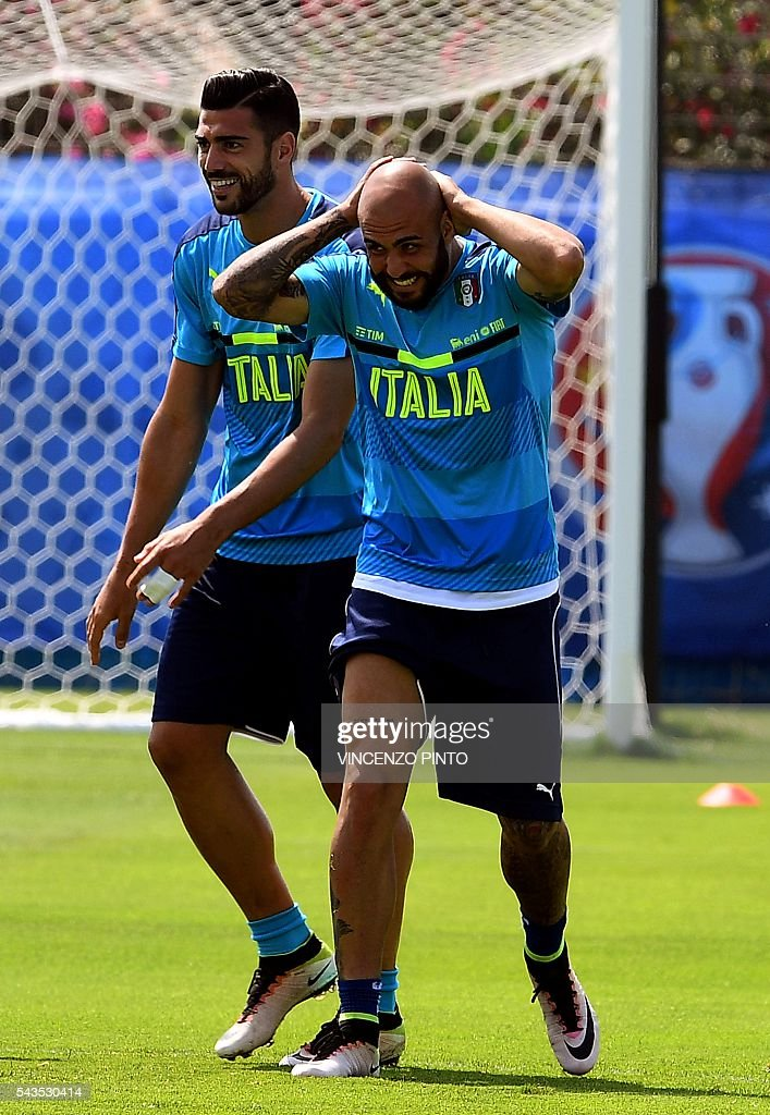 Italy's forward Graziano Pelle (L) and Italy's forward Simone Zaza react during a training session at the team's training ground in Montpellier on June 29, 2016, as part of the the Euro 2016 European football championship. / AFP / VINCENZO