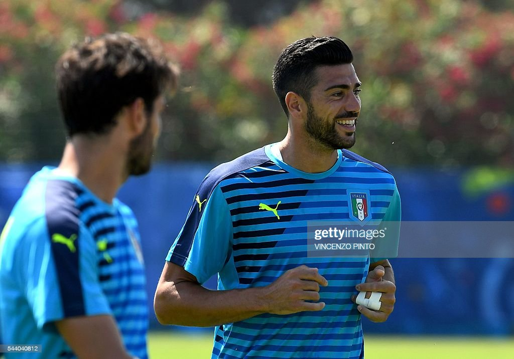Italy's forward Graziano Pelle (R) attends a training session at Italy's training ground in Montpellier on July 1, 2016 on the eve of the Euro 2016 quarter-final football match between Germany and Italy. / AFP / VINCENZO