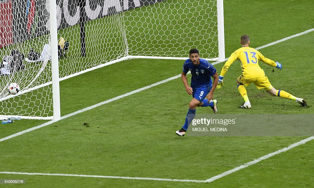 Italy's forward Pelle (L) celebrates after scoring a goal during Euro 2016 round of 16 football match between Italy and Spain at the Stade de France stadium in Saint-Denis, near Paris, on June 27, 2016. / AFP / MIGUEL