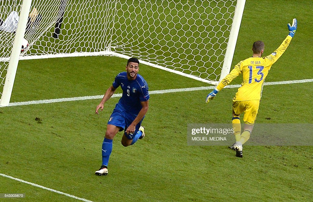 Italy's forward Pelle (L) celebrates beside Spain's goalkeeper David De Gea after scoring a goal during Euro 2016 round of 16 football match between Italy and Spain at the Stade de France stadium in Saint-Denis, near Paris, on June 27, 2016. / AFP / MIGUEL