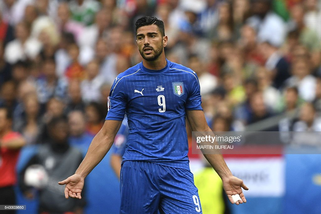 Italy's forward Pelle reacts as he receives a yellow card from Turkish referee Cuneyt Cakir (unseen) during Euro 2016 round of 16 football match between Italy and Spain at the Stade de France stadium in Saint-Denis, near Paris, on June 27, 2016. / AFP / MARTIN