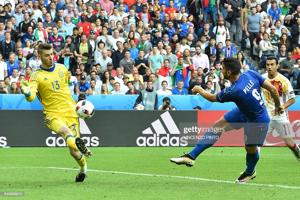 Italy's forward Pelle (R) scores a goal past Spain's goalkeeper David De Gea during the Euro 2016 round of 16 football match between Italy and Spain at the Stade de France stadium in Saint-Denis, near Paris, on June 27, 2016. PINTO