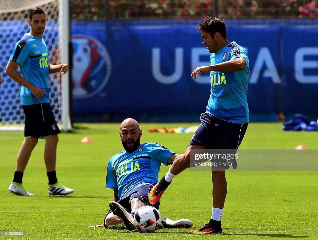 Italy's forward Simone Zaza (C), Italy's forward Citadin Martins Eder (R) and Italy's defender Mattia De Sciglio (L) practice during a training session at the team's training ground in Montpellier on June 29, 2016, as part of the the Euro 2016 European football championship. / AFP / VINCENZO