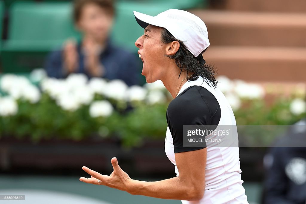 Italy's Francesca Schiavone reacts after loosing a point against France's Kristina Mladenovic during their women's first round match at the Roland Garros 2016 French Tennis Open in Paris on May 24, 2016. / AFP / MIGUEL