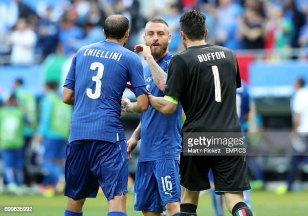 Italy's Giorgio Chiellini Daniele De Rossi and goalkeeper Gianluigi Buffon discuss tactics