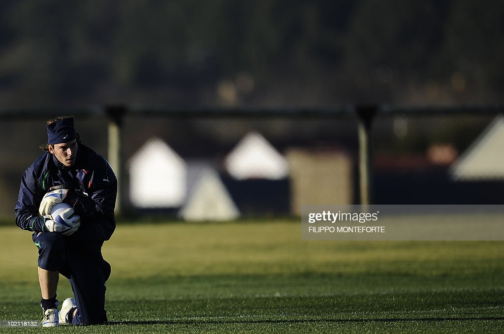 Italy's goalkeeper Federico Marchetti trains at Irene's Southdowns College, south of Pretoria on June 15, 2010. The 2010 World Cup hosted by South Africa continues through July 11. AFP PHOTO/Filippo MONTEFORTE