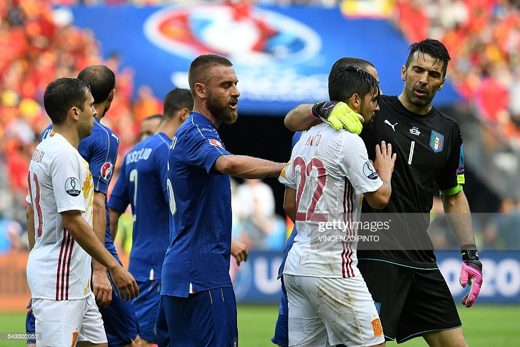 Italy's goalkeeper Gianluigi Buffon (R) and Italy's midfielder Daniele De Rossi (C) speak with Spain's forward Nolito during the Euro 2016 round of 16 football match between Italy and Spain at the Stade de France stadium in Saint-Denis, near Paris, on June 27, 2016. / AFP / VINCENZO