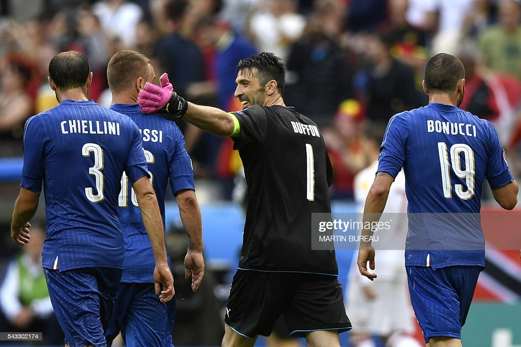 Italy's goalkeeper Gianluigi Buffon congratulates players at half time after Italy scored the match's first goal during Euro 2016 round of 16 football match between Italy and Spain at the Stade de France stadium in Saint-Denis, near Paris, on June 27, 2016. / AFP / MARTIN