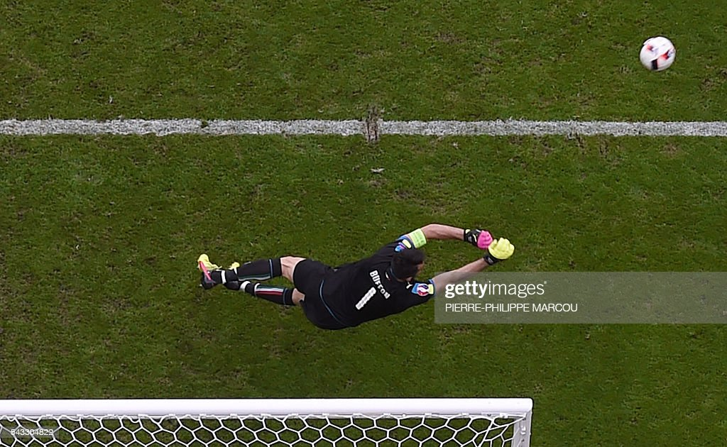 Italy's goalkeeper Gianluigi Buffon fends off a ball during the Euro 2016 round of 16 football match between Italy and Spain at the Stade de France stadium in Saint-Denis, near Paris, on June 27, 2016. / AFP / Pierre-Philippe MARCOU