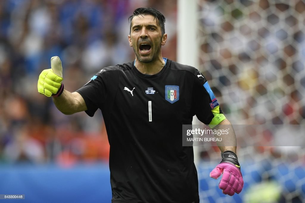 Italy's goalkeeper Gianluigi Buffon gestures during Euro 2016 round of 16 football match between Italy and Spain at the Stade de France stadium in Saint-Denis, near Paris, on June 27, 2016. / AFP / MARTIN