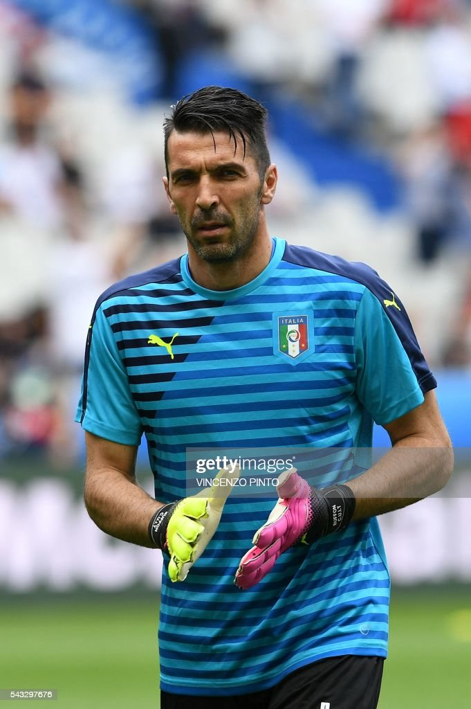 Italy's goalkeeper Gianluigi Buffon warms up ahead the Euro 2016 round of 16 football match between Italy and Spain at the Stade de France stadium in Saint-Denis, near Paris, on June 27, 2016. / AFP / VINCENZO